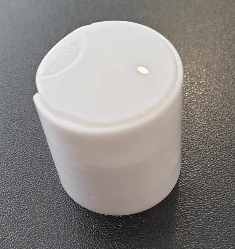 Danes smo stranki dostavili bele disc top zamaške 24/410. Poglejte, kako se lepo prilagajajo grlu od plastenke!