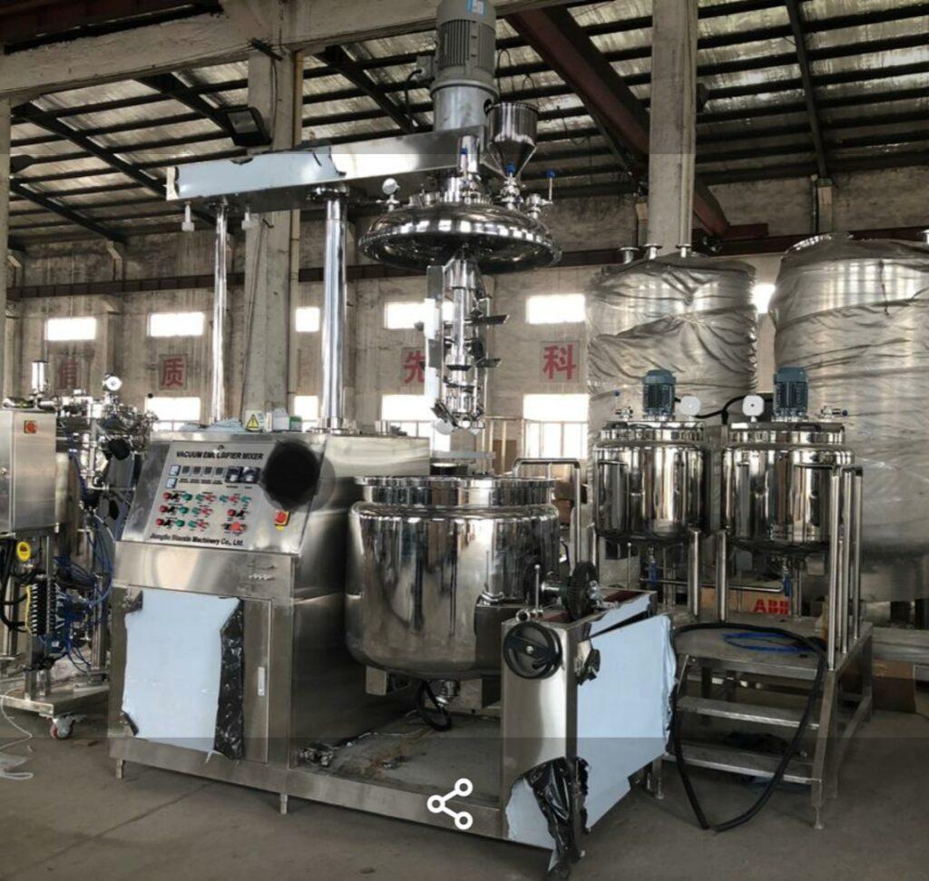 Vakuumski homogenizator s tankoma za oljne in vodne sestavine ter industrijskim hladilnikom