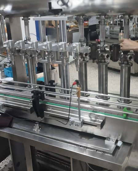 Avtomatski 6-šobni stroj za doziranje etanola in razkuževalnega gela v plastenke od 100 do 1000 ml