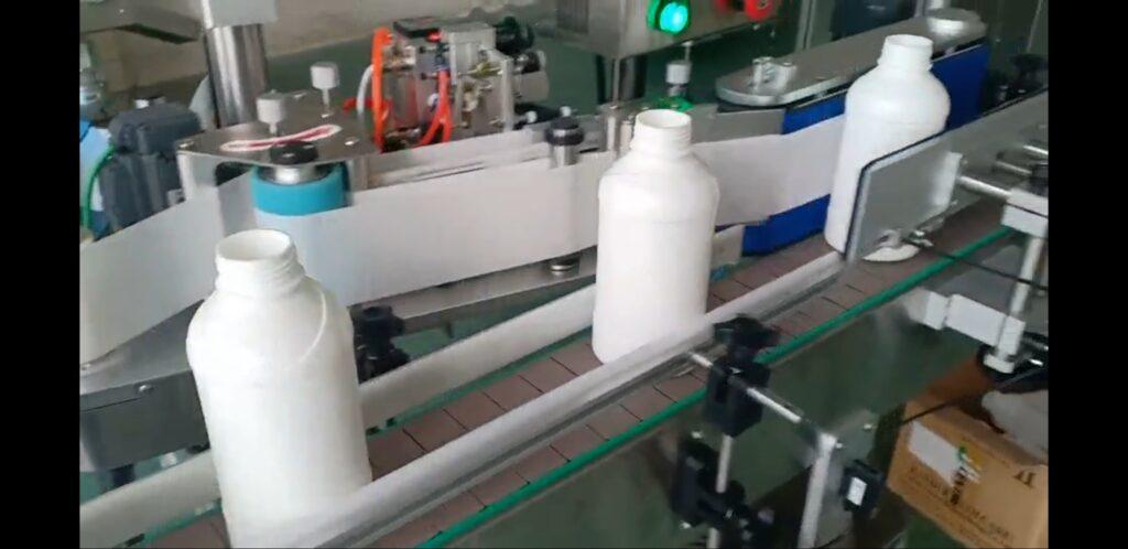 Stroj za etiketiranje okroglih plastenk ali steklenic