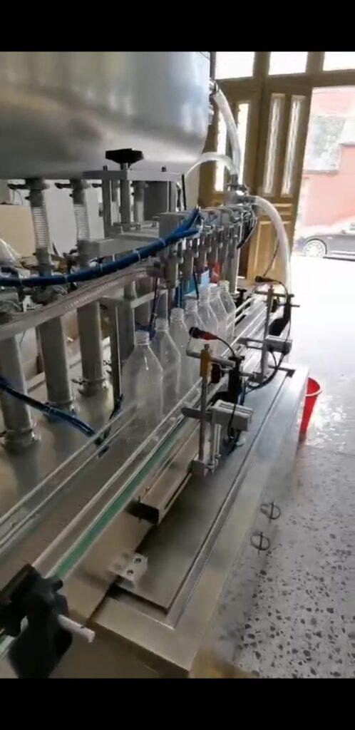 6-dozirni stroj za polnjenje 96% denaturiranega etanola smo danes uspešno testirali s plastenkami od stranke