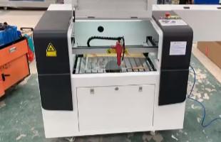 Zanesljiva naprava za lasersko graviranje, delovno področje 600*400 mm, vodno hlajen laser, hitrost graviranja 0-6000 cm/min, hitrost rezanja 0-5000 cm/min (VIDEO)