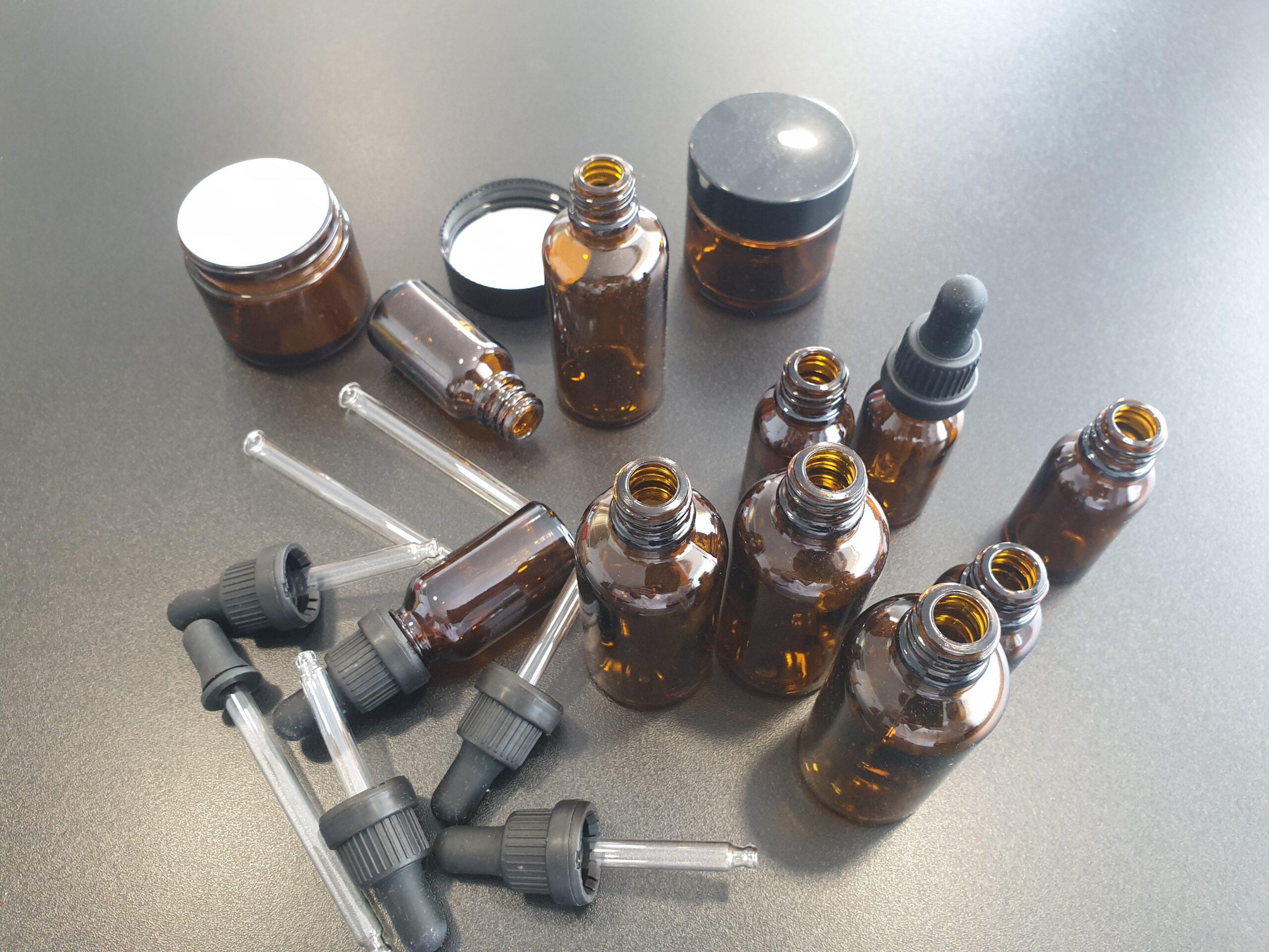 Stekleničke in lončki ambrato barve različnih dimenzij, dostava v 2 mesecih po naročilu