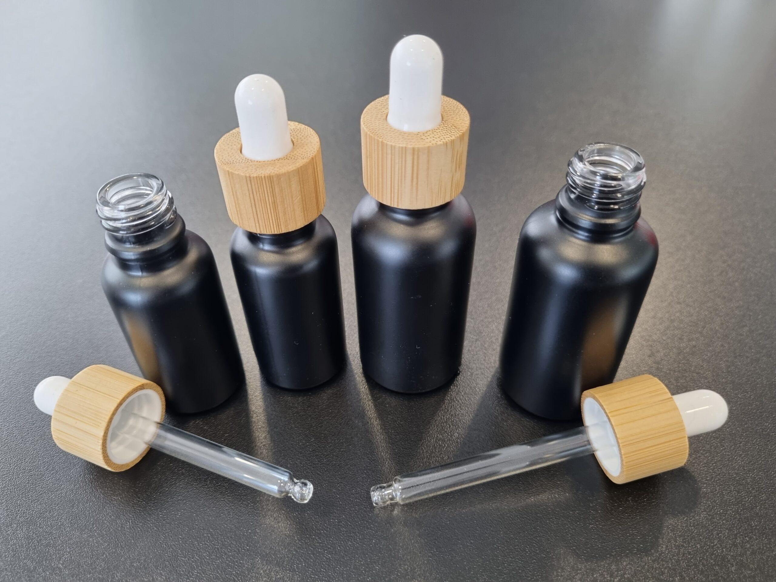 Farmacevtske stekleničke 20 ml in 30 ml z EKO kapalkami, ki imajo pokrovčke iz bambusovega lesa namesto iz plastike