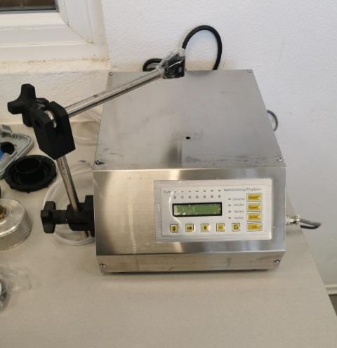 Priročna namizna naprava za polavtomastko polnjenje steklenic od 5 ml do 3.500 ml
